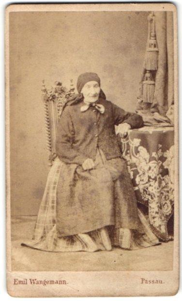 Fotografie Emil Wangemann, Passau, Portrait ältere Dame mit Kopftuch in edler Strickjacke