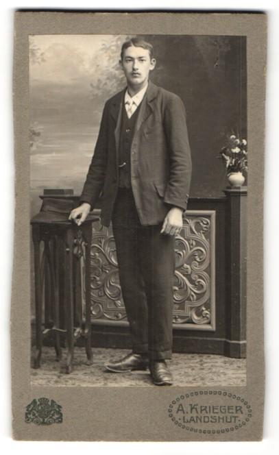 Fotografie A. Krieger, Landshut, Portrait junger hübscher Mann mit Hut im eleganten Anzug