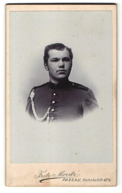 Fotografie Fritz Moritz, Passau, Portrait junger charmanter Soldat in Uniform