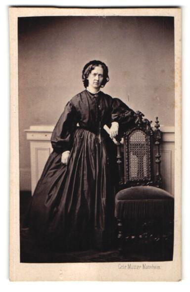 Fotografie Gebr. Matter, Mannheim, Portrait charmante Dame im schwarzen prachtvollen Kleid