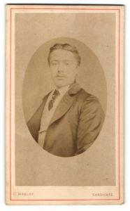 Fotografie G. Mabley, Sandgate, Portrait junger Herr mit Mittelscheitel