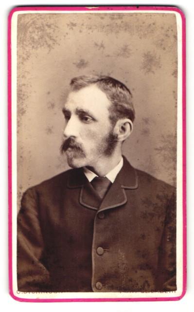 Fotografie C. Dickinson, Port Elizabeth, Portrait Herr mit Oberlippen und Backenbart
