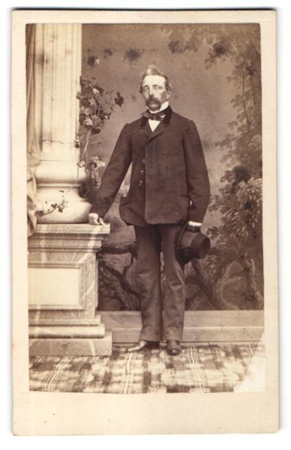 Fotografie M. M. Hiecke, Prag, Portrait Herr in zeitgenöss. Kleidung
