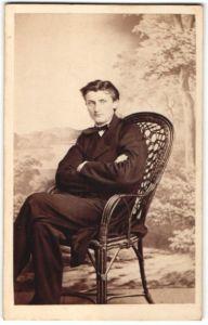Fotografie Fr. Jungmann, Tetschen a. d. E., Portrait junger Herr mit zurückgekämmtem Haar
