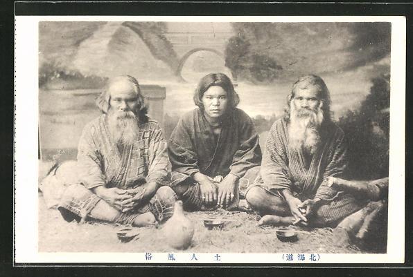 AK Ainu-Männer sitzen und trinken Tee