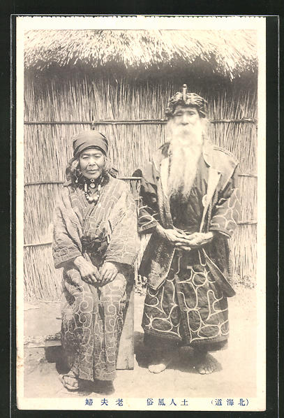 AK Ainu-Paar in traditioneller Kleidung vor seiner Hütte (Ureinwohner des nördlichen Japans)