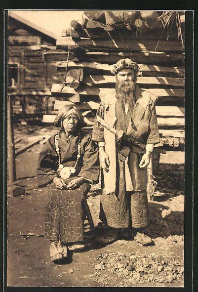AK Ainu-Paar in traditioneller Kleidung in einem Dorf (Ureinwohner des nördlichen Japans)