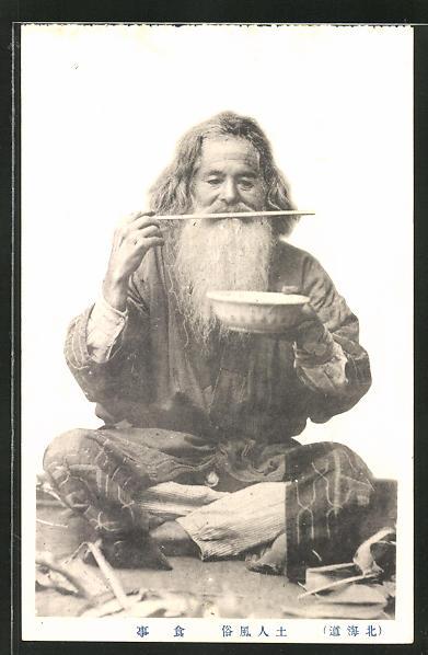 AK Ainu-Mann mit Stäbchen und Suppenteller (Ureinwohner des nördlichen Japans)