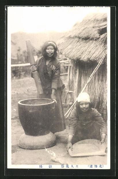 AK Ainu-Frauen bei der Zubereitung einer Mahlzeit in ihrem Dorf (Ureinwohner des nördlichen Japans)