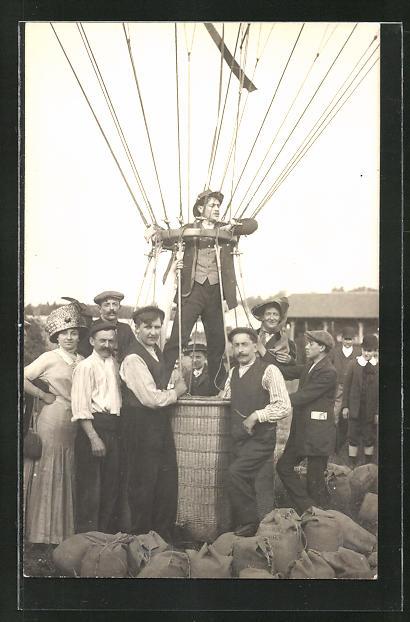 Foto-AK Mann in einer Ballongondel vor am Boden