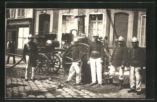 Foto-AK Feuerwehrmänner mit Löschfahrzeug