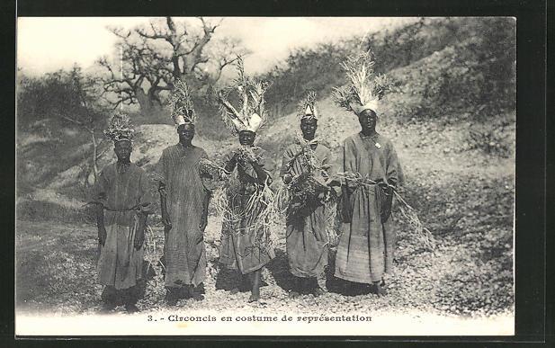AK Circoncis en costume de représentation, junge Männer nach Beschneidung, afrikanische Volkstypen