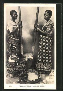 AK Swahili Girls pourding Grain, Mädchen bei der Arbeit am Mörser