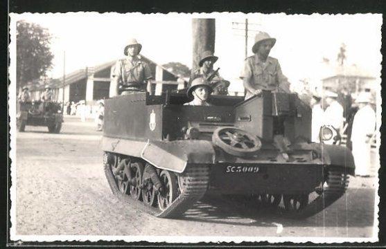 Foto-AK Kaolack, Soldaten in Panzer