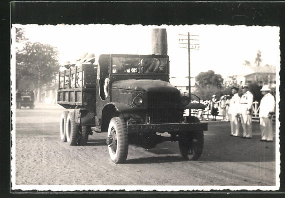 Foto-AK Soldaten im Lastkraftwagen