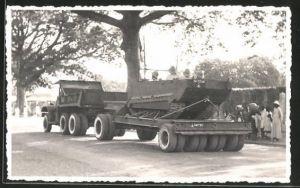 Foto-AK Lastkraftwagen mit Soldaten im Kettenfahrzeug