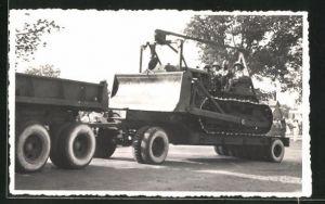 Foto-AK Lastkraftwagen mit Soldaten in einem Kettenfahrzeug