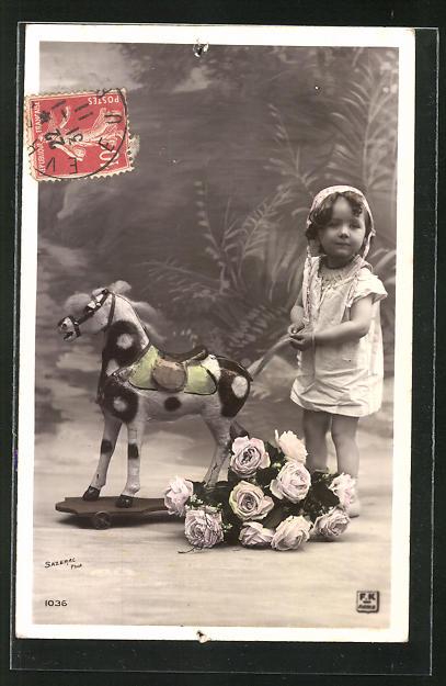 AK Kleinkind mit Spielzeugpferd, Schaukelpferd