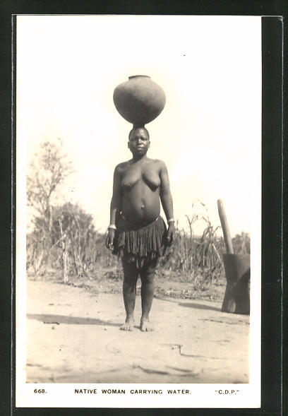 AK Native woman carrying water, afrikanische nackte Frau