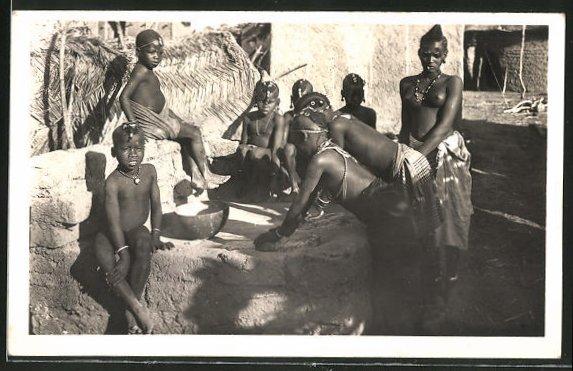 AK Afrique Occidentale Francaise, Pileuses Kado, afrikanische nackte Frauen und Kinder in ihrem Dorf