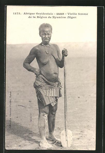 AK Soudan, Vieille femme de la Région de Nyamina, afrikanische nackte Frau mit Spaten in der Hand