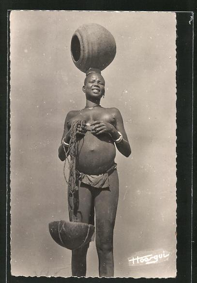 AK Tchad, Femme Sara, afrikanische nackte Frau transportiert ein Gefäss auf dem Kopf