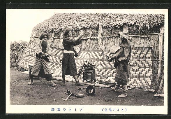 AK Ainu, japanische Ureinwohner üben den Kampf mit Schwertern