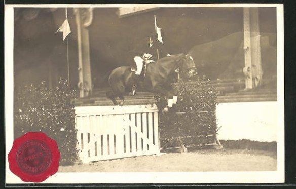 AK Paris, Jockey springt mit seinem Pferd über ein Hinderniss, Springreiten