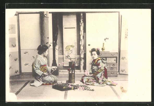 AK zwei junge Japanerinnen dekorieren Blumengesteck, Kimono, Geisha