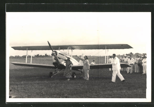 Foto-AK Aéroclub du Cameroun, Dame tauft Flugzeug, Doppeldecker
