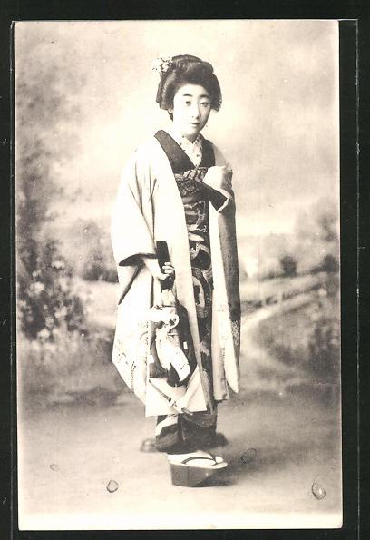 AK Geisha in ihrer tollen Kleidung