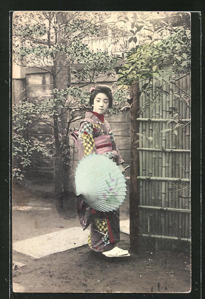 AK Geisha mit Schirm im Garten