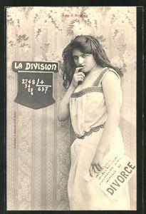 AK Les 4 Regles, La Division, Frau mit einem Plakat: Scheidung