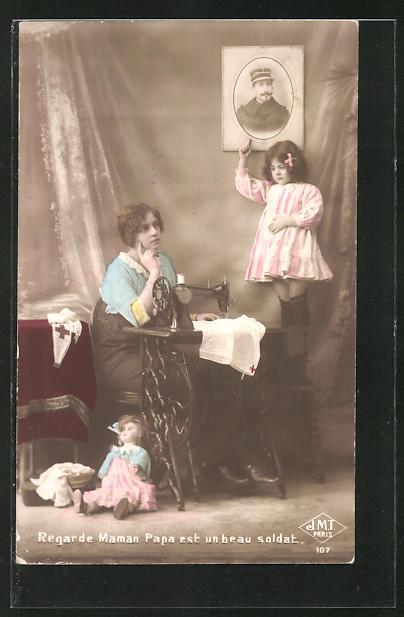AK Frau an der Nähmaschine sitzend