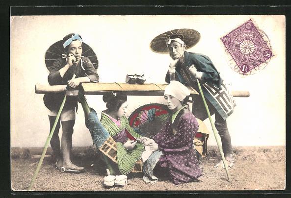 AK Geisha zusammen mit japanischen Typen