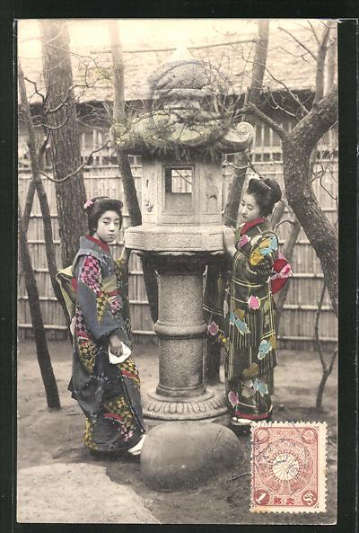 AK Zwei Geishas an einer Skulptur stehend