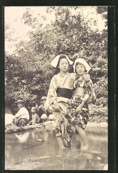 AK Zwei Geishas mit den Füssen im Wasser