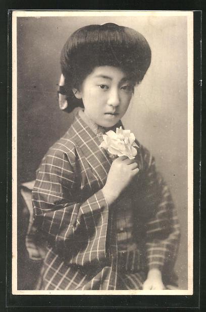 AK Geisha mit Blume in der Hand ernst blickend 0