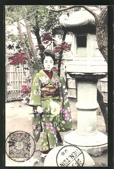 AK Geisha an einer Skulptur stehend