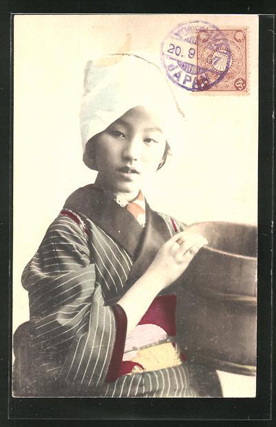 AK Geisha mit einem Trog in der Hand
