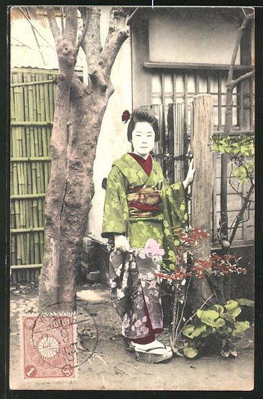 AK Eine Geisha im Garten stehend