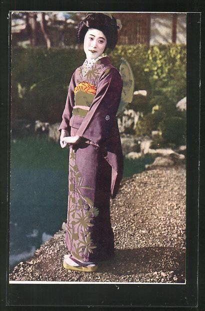 AK Eine Geisha am Wasser stehend