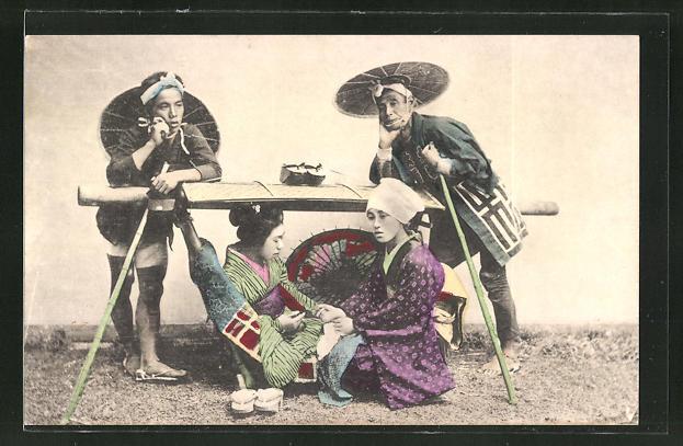AK Zwei Geishas unter einem Tisch sitzend