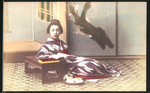 AK Geisha an einer Bank sitzend