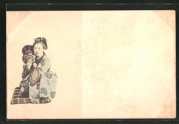 AK Japanerin im Kimono auf einem Kissen 0