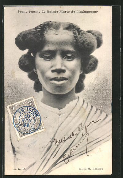 AK Madagascar, Jeune femme de Sainte-Marie, afrikanische Volkstypen mit toller Frisur