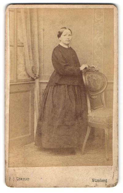 Fotografie P. S. Cramer, Nürnberg, Portrait Frau in zeitgenöss. Kleidung 0