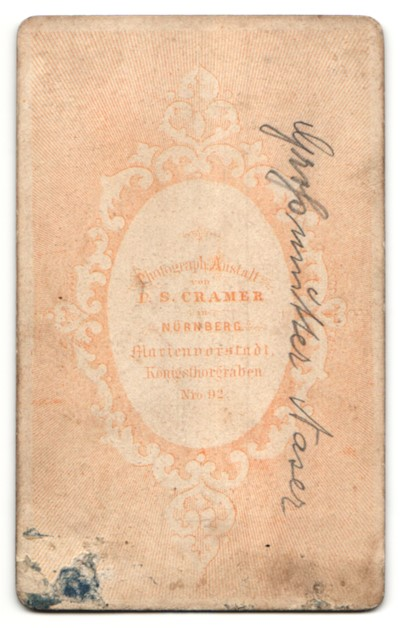 Fotografie P. S. Cramer, Nürnberg, Portrait Frau in zeitgenöss. Kleidung 1