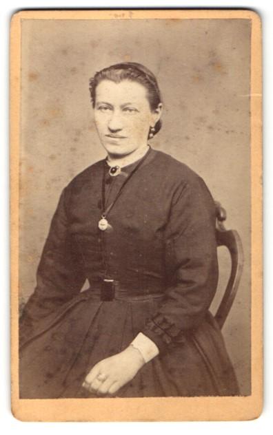 Fotografie Adolf Froelich, Noerdlingen, Portrait Frau in zeitgenöss. Garderobe 0
