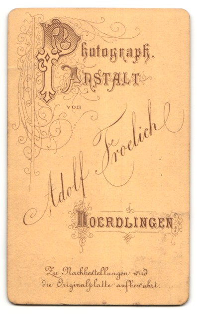 Fotografie Adolf Froelich, Noerdlingen, Portrait Frau in zeitgenöss. Garderobe 1